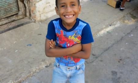 Un niño camina por las calles de Pueblo Nuevo, Centro Habana, mientras entrevistamos a residentes en la zona