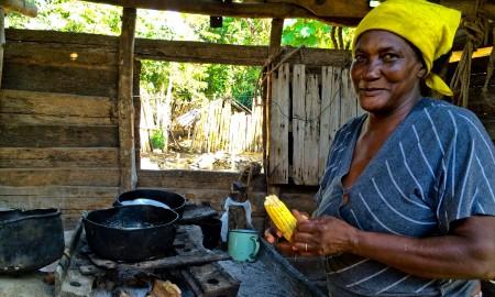 Mireya tiene la piel negra hermosamente curtida y el acento declamado de los santiagueros de cepa (Foto: Elaine Díaz)