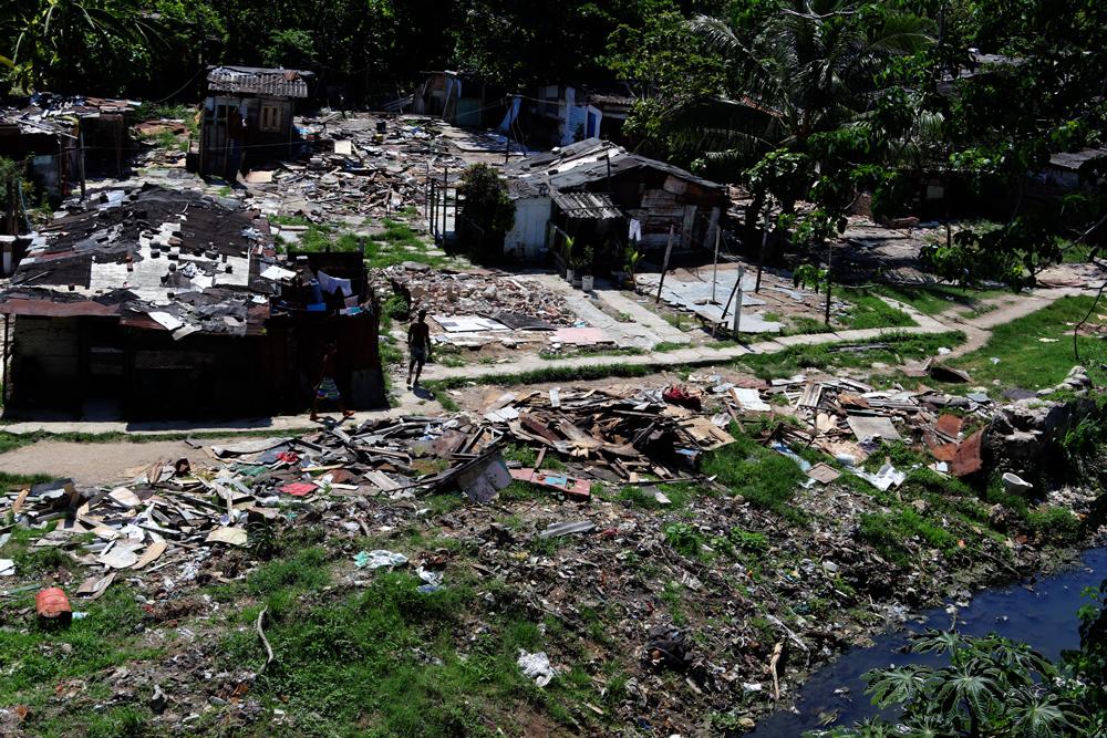 Restos de las casas de quienes se mudaron a la urbanización (Foto: Ismario Rodríguez)