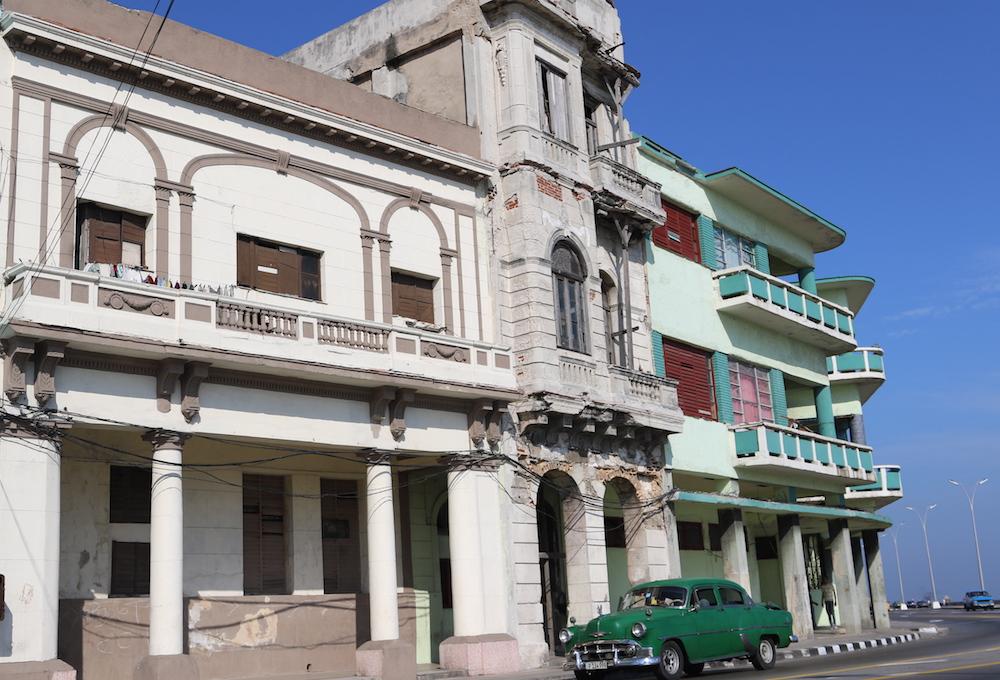 Al ver su fachada, nadie adivinaría que La Pampa (a la izquierda) se cae a pedazos (Foto: Ismario Rodríguez)