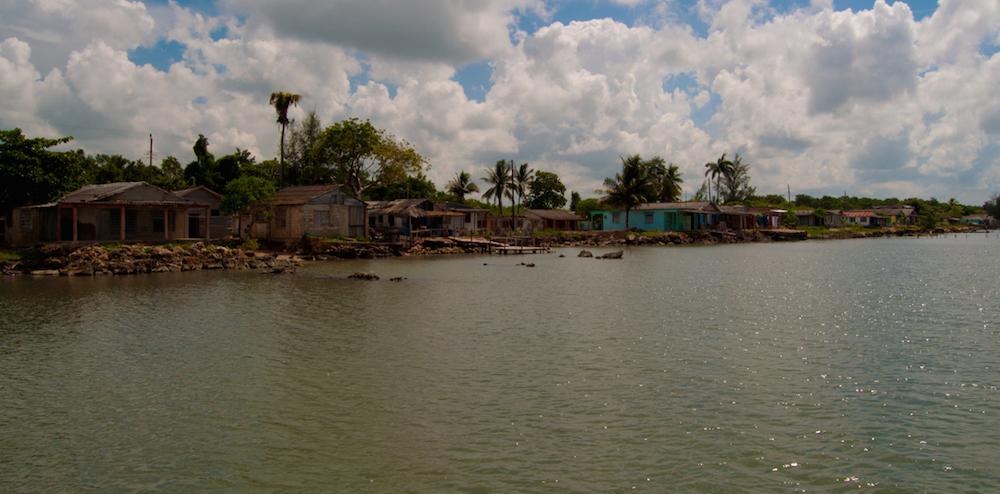 En Playa Mayabeque, frente a las casas, solo está el mar (Foto: Julio Batista)