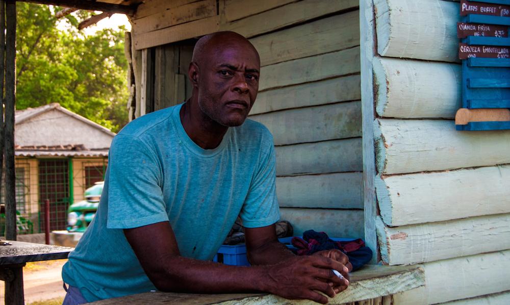 Evaristo es el cocinero, almacenero y vendedor de la cafetería que él mismo construyó (Foto: Julio Batista).