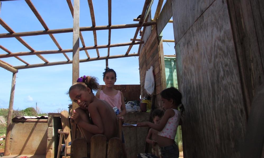 Las hijas de Hilde Castillo juegan en su vivienda sin techo, solas (Foto: Tomás E. Pérez)