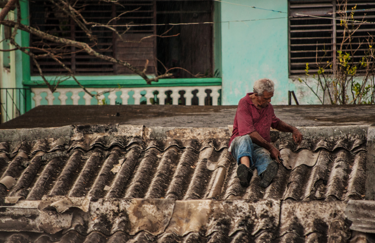 Una semana después de Matthew, en Baracoa la gente reparaba los techos con lo que encontraba a mano