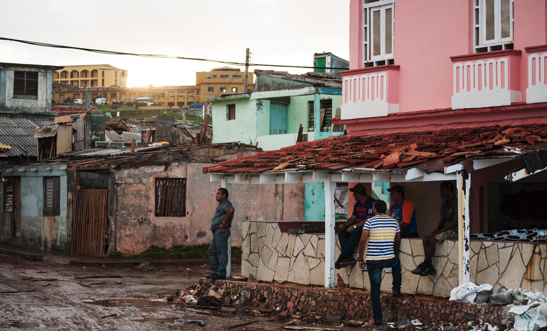 La tranquilidad de las tardes en Baracoa contrasta con el escenario de destrucción de la ciudad (Foto: Julio Batista)