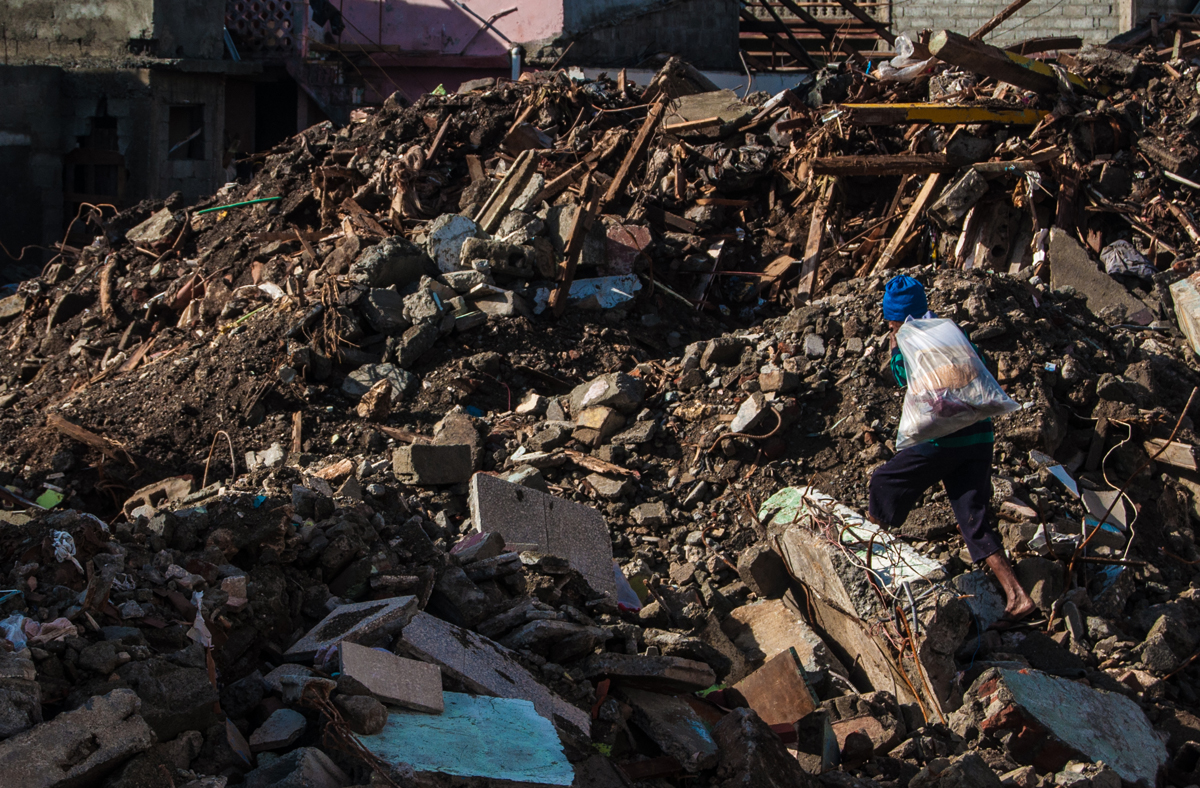 En medio de los escombros, muchos buscaban algo de lo que Matthew les quitó (Foto: Julio Batista)