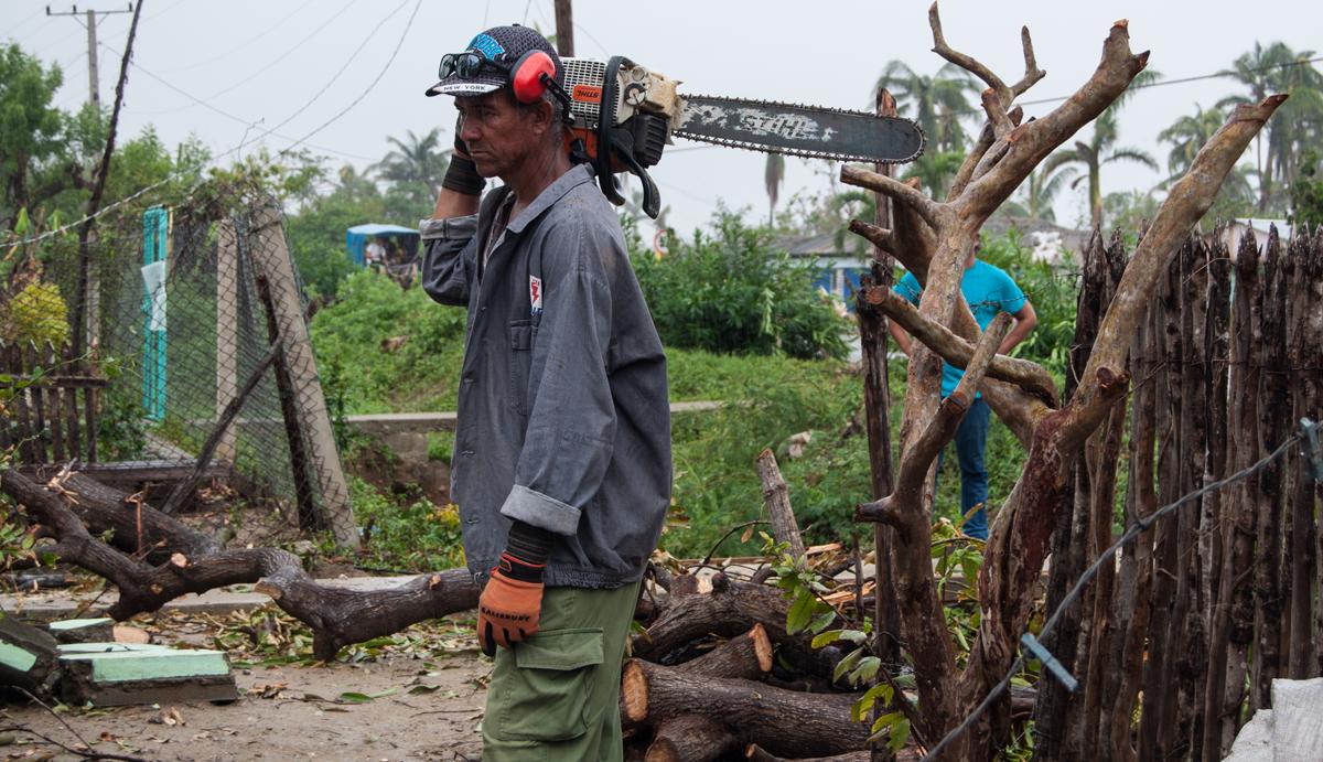 En Imías, el 10 de octubre no fue un día de descanso para quienes laboraban en la recuperación (Foto: Julio Batista)