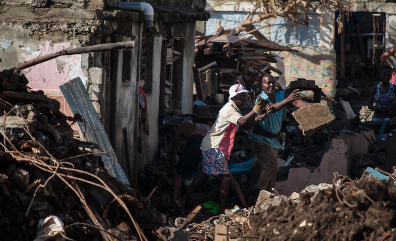 Tras el desastre, los vecinos de Baracoa intentaban reorganizar sus vidas (Foto: Julio Batista)