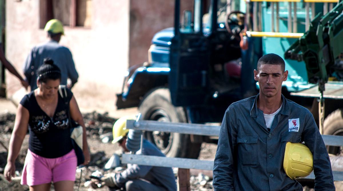 Desde casi todo el país llegaron brigadas de trabajadores eléctricos para trabajar en la recuperación de Baracoa (Foto: Julio Batista)