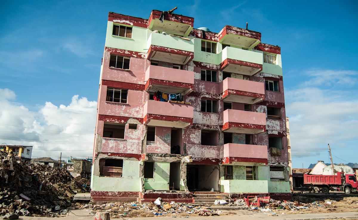 El huracán se ensañó con el último edificio del malecón de Baracoa, allí arrancó los balcones de un bocado (Foto: Julio Batista)