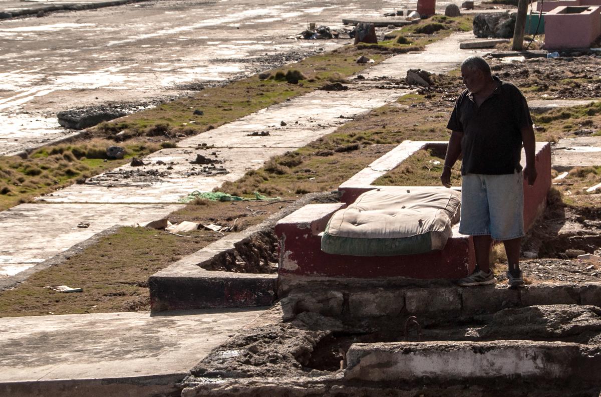 Una semana después del ciclón, la gente del malecón de Baracoa aun contabilizaba sus pérdidas (Foto: Julio Batista)