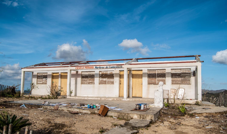 En medio de la Farola, el ciclón desapareció el techo de la escuela primaria Mártires de Cagüeybaje (Foto: Julio Batista)