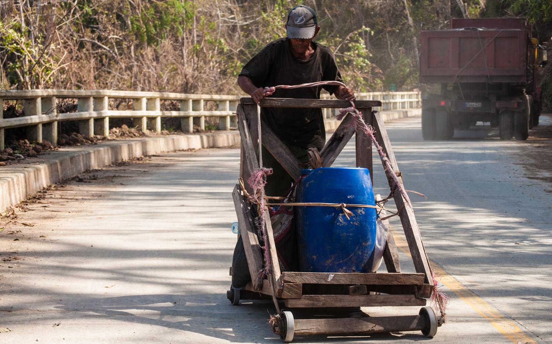 Farola abajo, un aguatero hace el recorrido con su carga (Foto: Julio Batista)