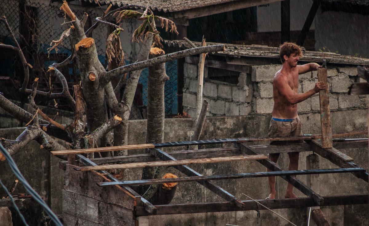 Los tejados son la máxima prioridad para la gente en Baracoa (Foto: Julio Batista)