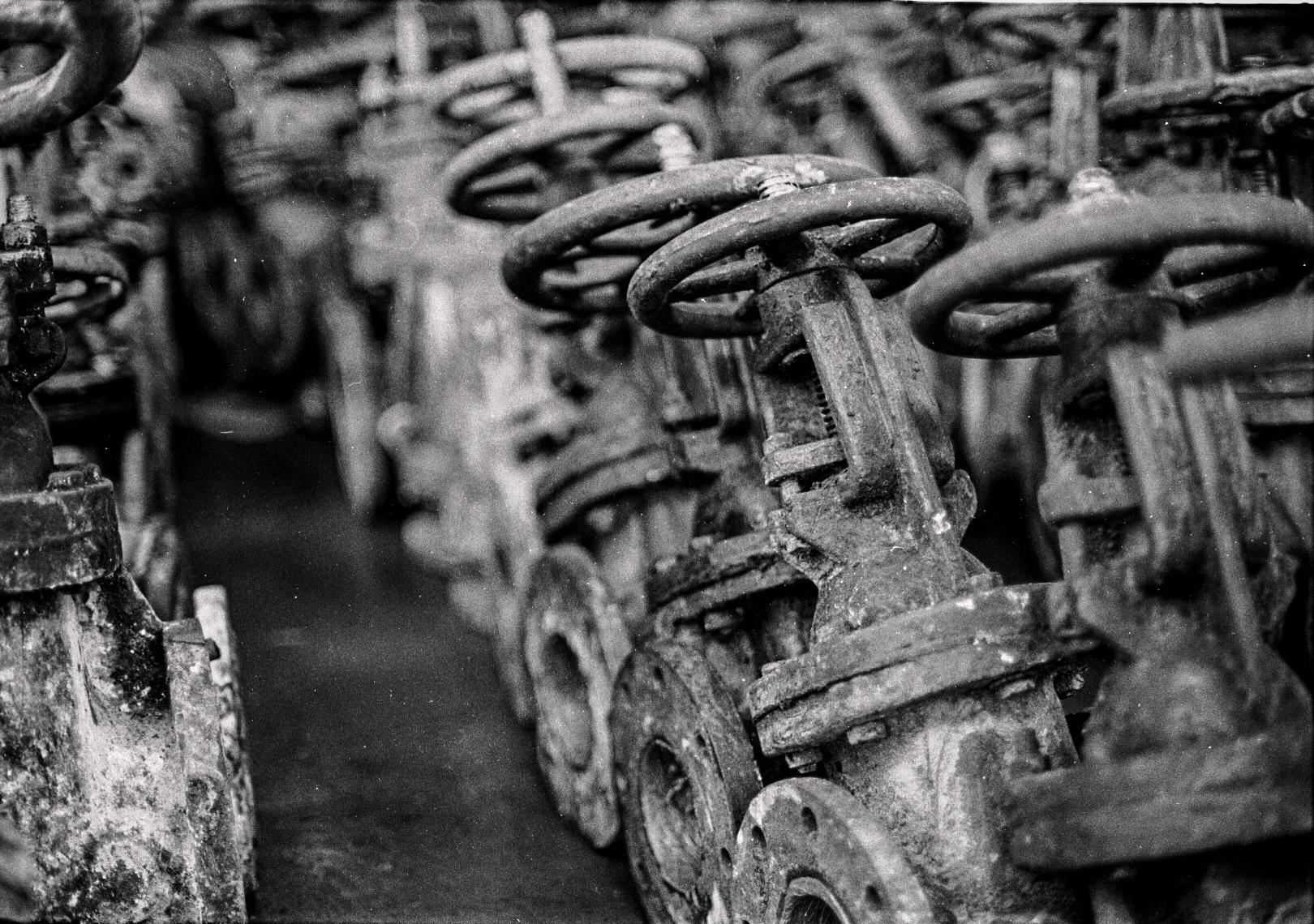 La hilera interminable de piezas que estuvieron por última vez juntas en este momento antes de desparramarse como repuestos para los centrales que sobrevivieron la paralización. (Foto: Alejandro Ramírez Anderson)