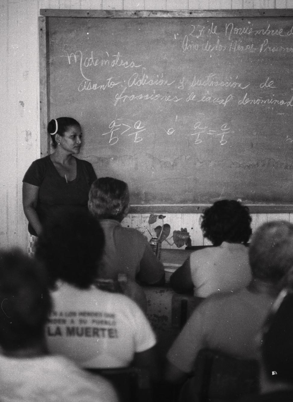 Más de 100.000 azucareros volvieron a las aulas en 2002 tras la reestructuración de la industria azucarera. No quedaron desempleados y conservaron sus salarios. Tampoco tenían ya sus antiguos empleos. (Foto: Alejandro Ramírez Anderson)