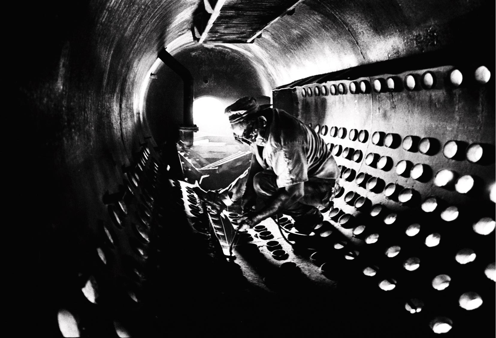Gume trabajaba sin parar. Era el líder nato de todos los obreros. El tanque de enfriamiento del Central parecía un radiador gigante. Para desmantelarlo, hubo que desoldar tubo a tubo. Eso hacía Gume. Tenía las manos más grandes y fuertes que he visto en mi vida. Parecían piezas del Central. Quizás las únicas que sobrevivieron. (Foto: Alejandro Ramírez Anderson)