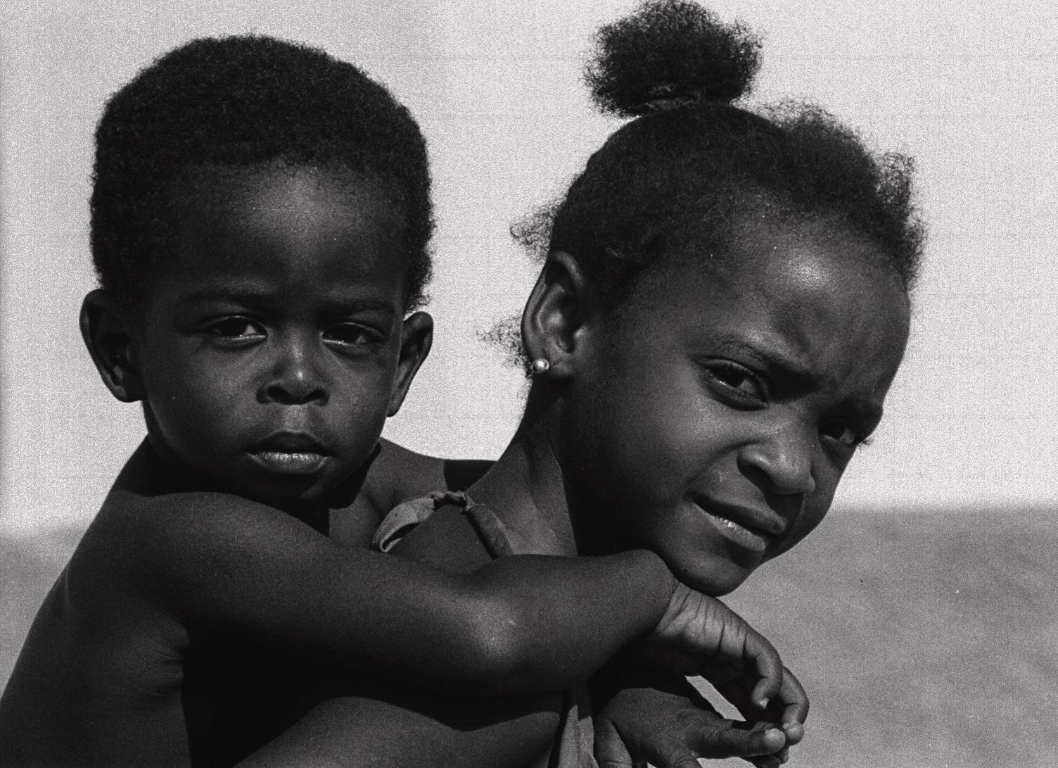 Una hermana que sostiene a su hermanito pequeño. Un instante de lo cotidiano. (Foto: Alejandro Ramírez Anderson)