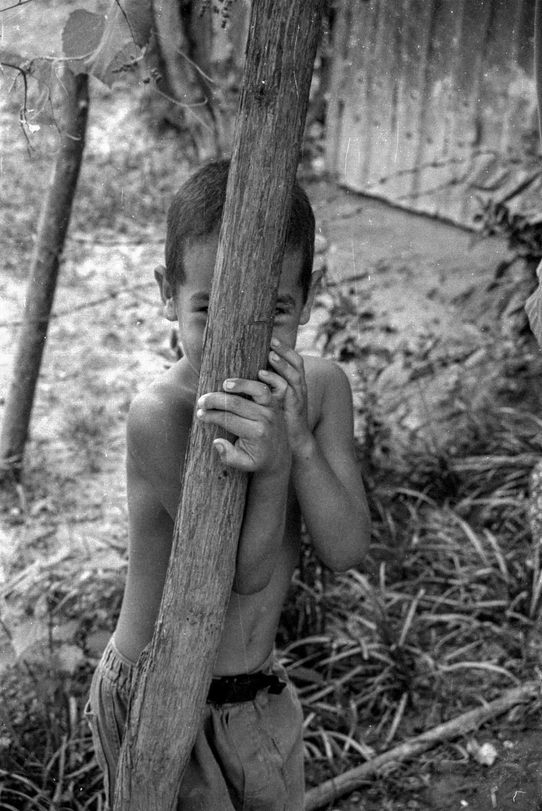 Niño que intenta parecer avestruz. (Foto: Alejandro Ramírez Anderson)