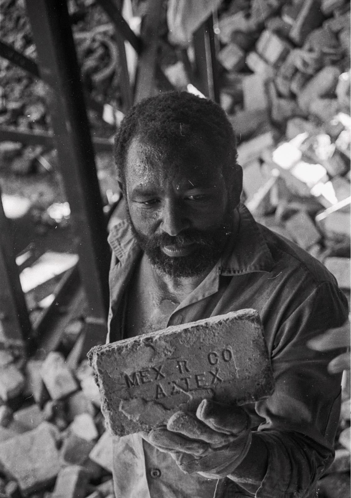 La demolición desnuda los ladrillos refractarios de fabricación mexicana que se colocaron en 1920. (Foto: Alejandro Ramírez Anderson)