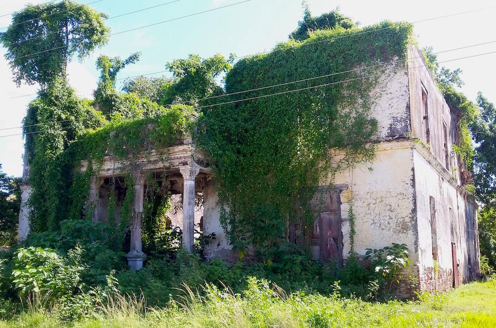 Ruinas de la casa que perteneció al presidente Gerardo Machado, en Carmita (Foto: Lianet Fleites)