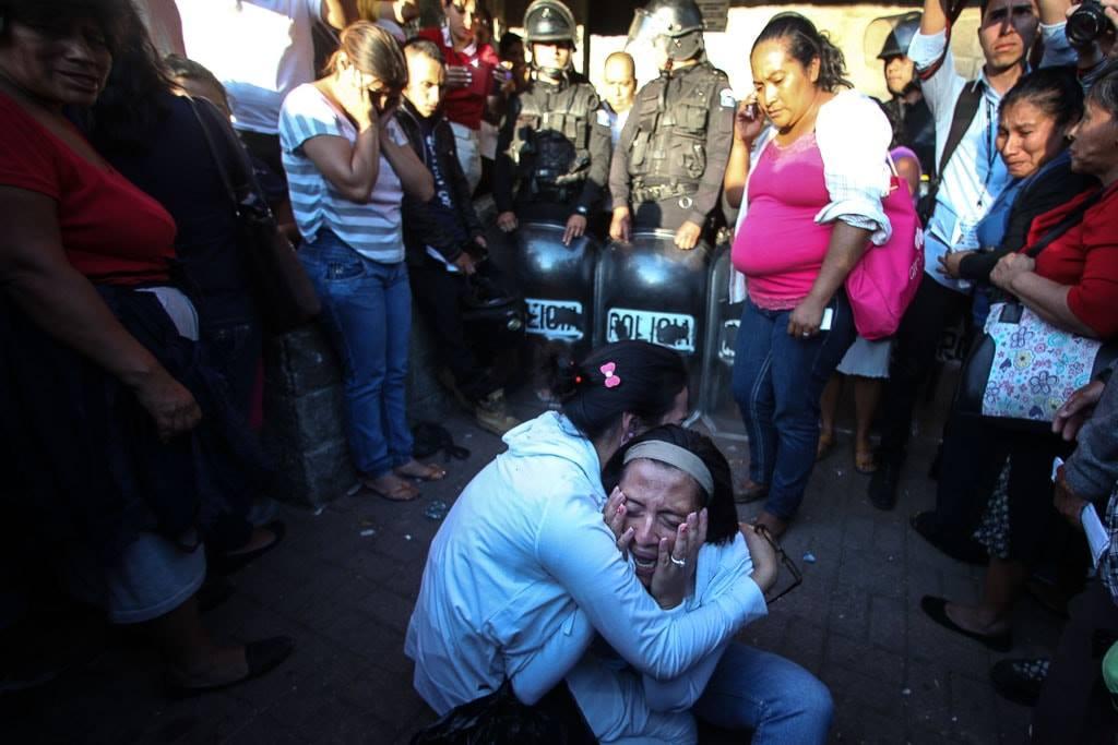 Familiares lloran afuera del Hogar Seguro el 8 de marzo de 2017.