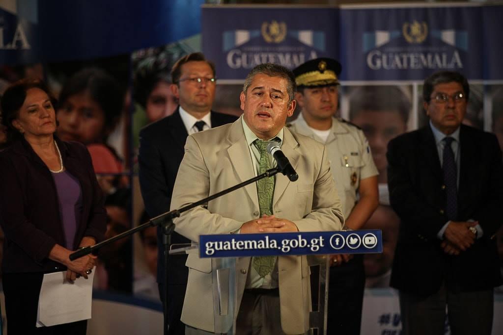 Carlos Rodas, secretario de Bienestar Social, flanqueado por Anabella Morfín, de la PGN, el vocero presidencial, el vocero de la policía y el comisionado presidencial de Derechos Humanos.
