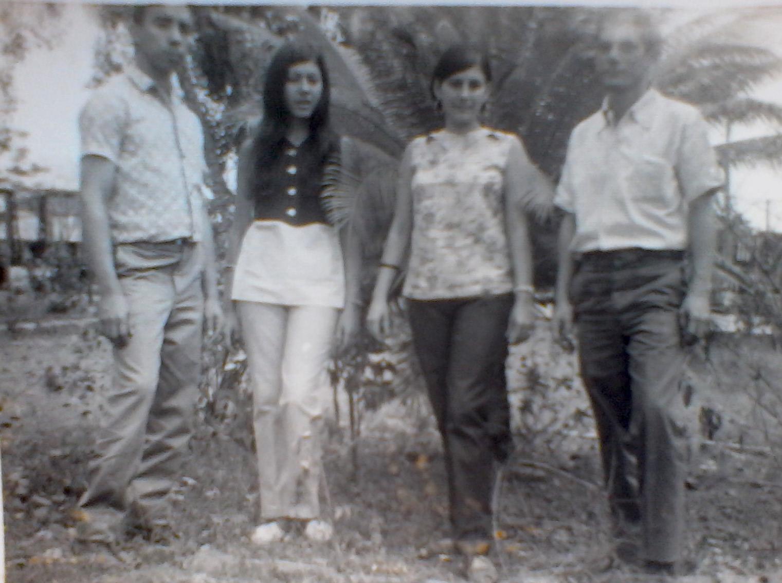 De izquierda a derecha: Rafael Muñoa, Isabel Puente, Iris Puente y Víctor Rodríguez en el jardín del central (foto de 1973).