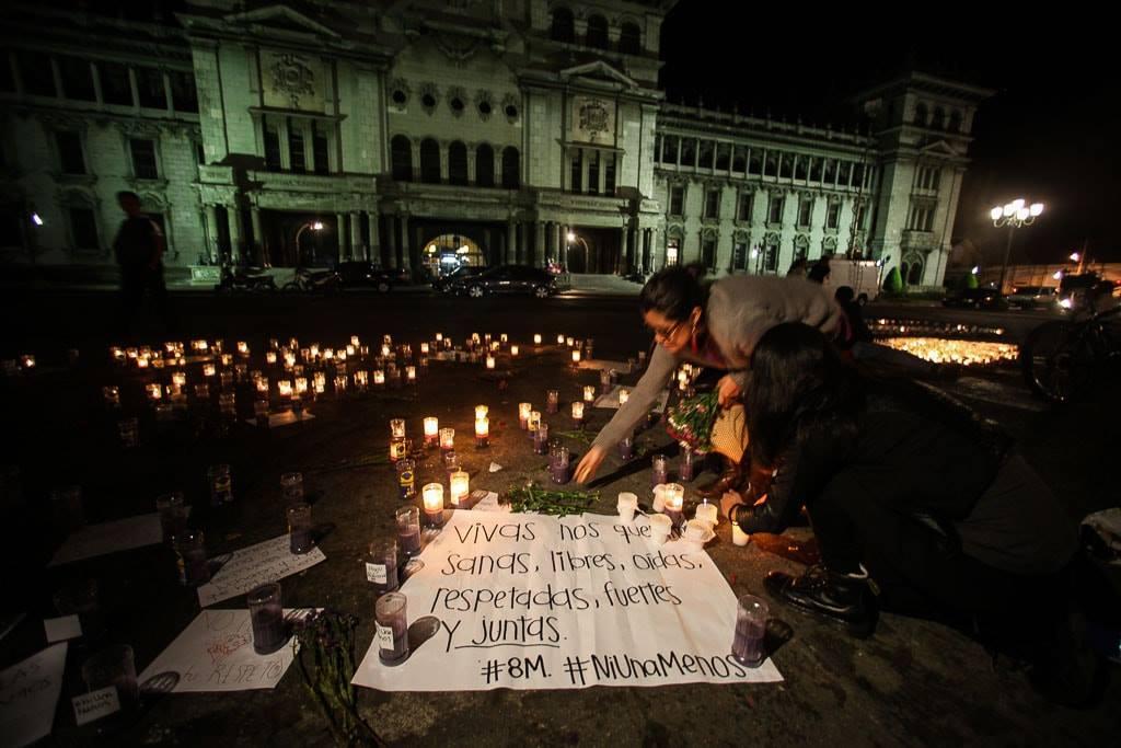 Mujeres prenden velas el 8 de marzo de 2017 en la Ciudad de Guatemala.