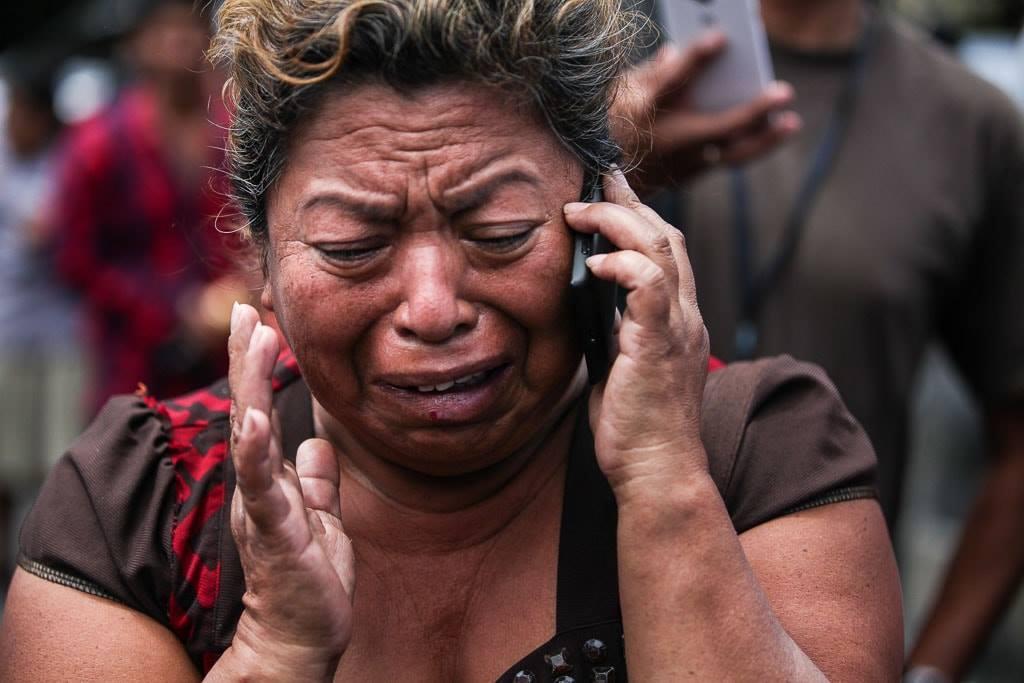 Una mujer llora afuera del Hogar Seguro el 8 de marzo de 2017.