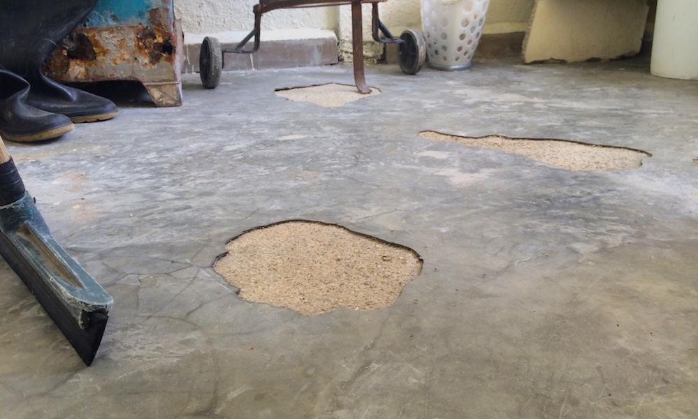 Grietas en el piso de las viviendas entregadas en mayo de 2016 (Foto: Elaine Díaz)