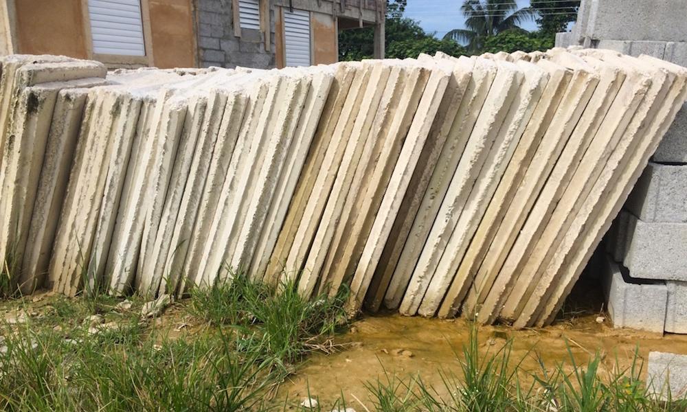 Materiales de la construcción expuestos a la intemperie (Foto: Elaine Díaz)