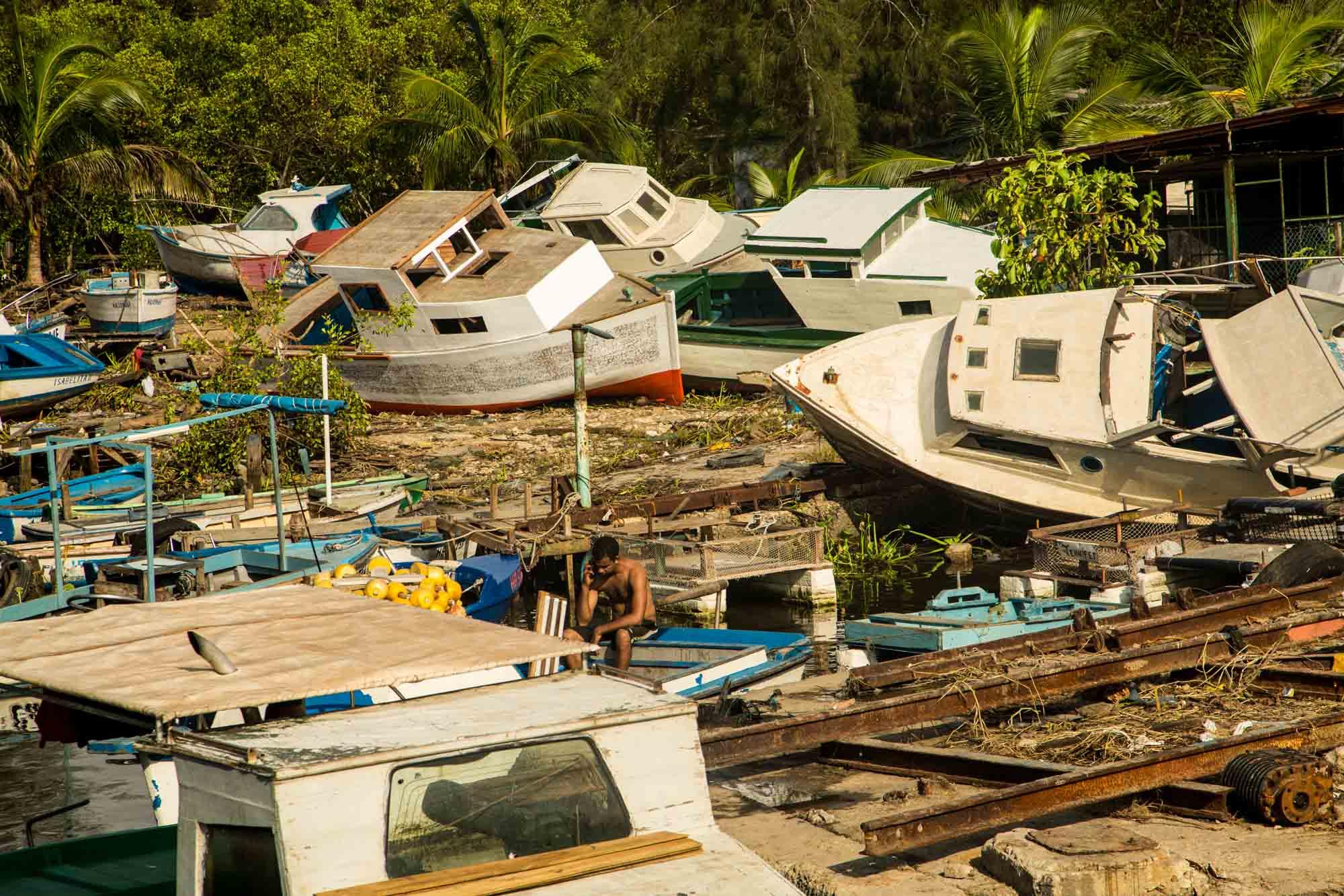 Los botes que estaban pendientes de reparación en la base de pesca fueron los más afectados por el huracán (Foto: Jorge Ricardo)