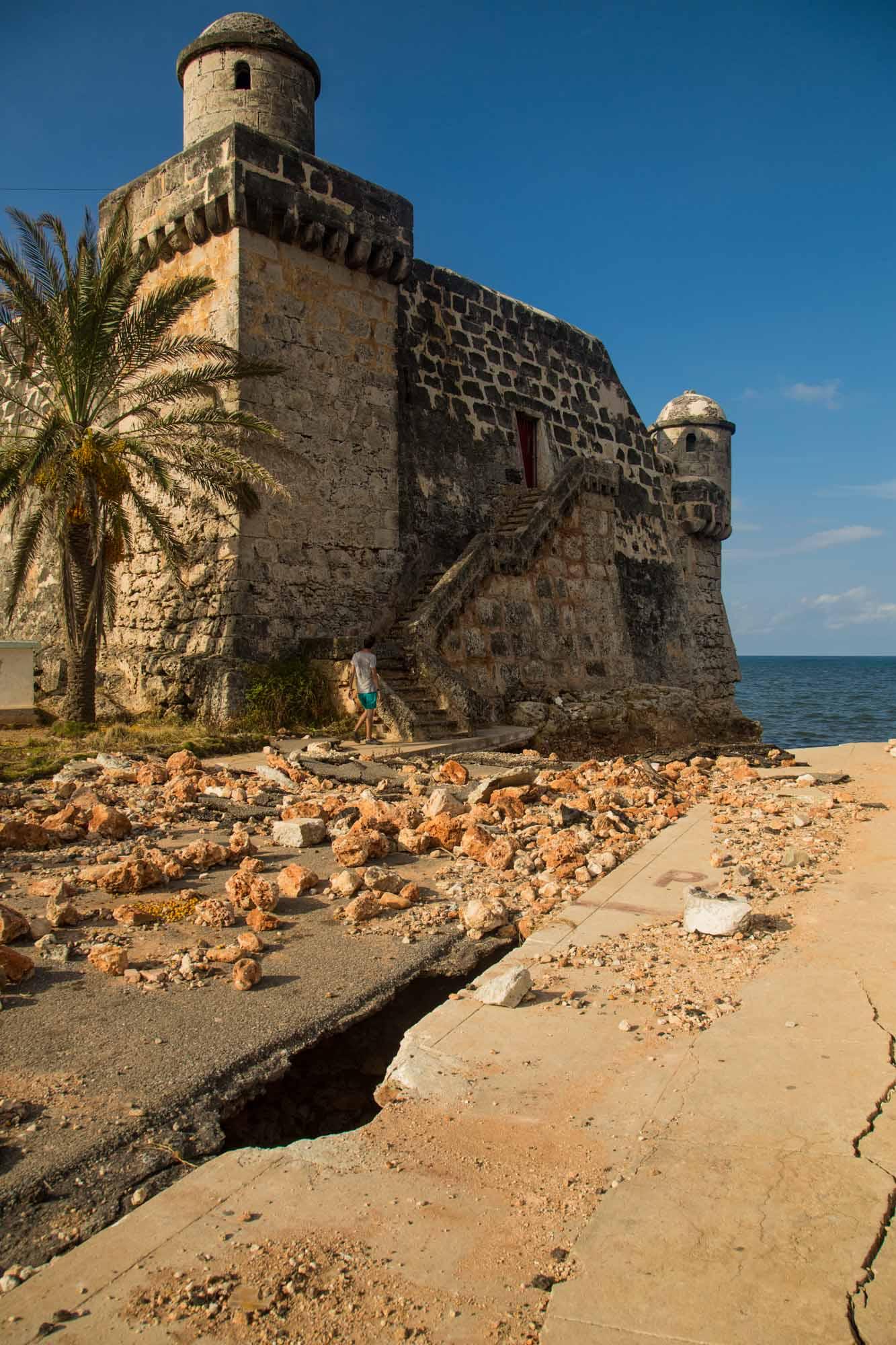 """Para acercarse a """"El Castillito"""" hay que hacerlo con cuidado porque la calle quedó hueca por la fuerza del mar (Foto: Jorge Ricardo)"""