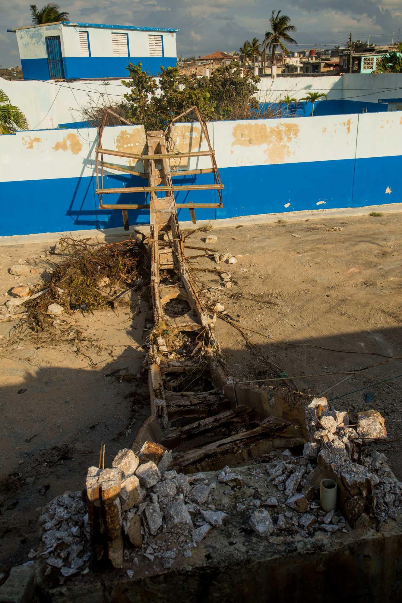 La última torre de luz que tenía el estadio de pelota cayó sobre La Costa, una discoteca de Cojímar (Foto: Jorge Ricardo)