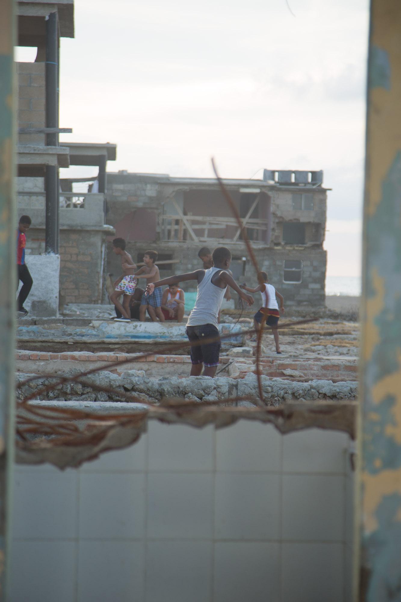 Niños saltando sobre cimientos (Foto: Jorge Ricardo)