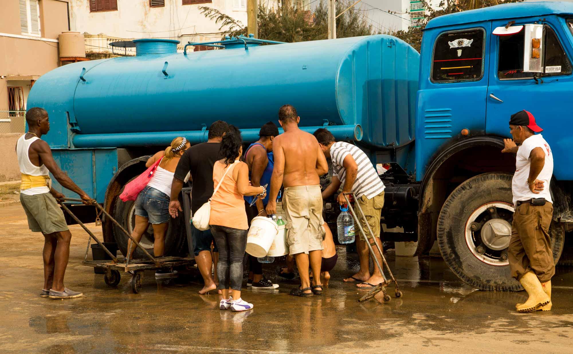 El agua potable es una de las mayores necesidades de la poblacion afectada por las inundaciones.