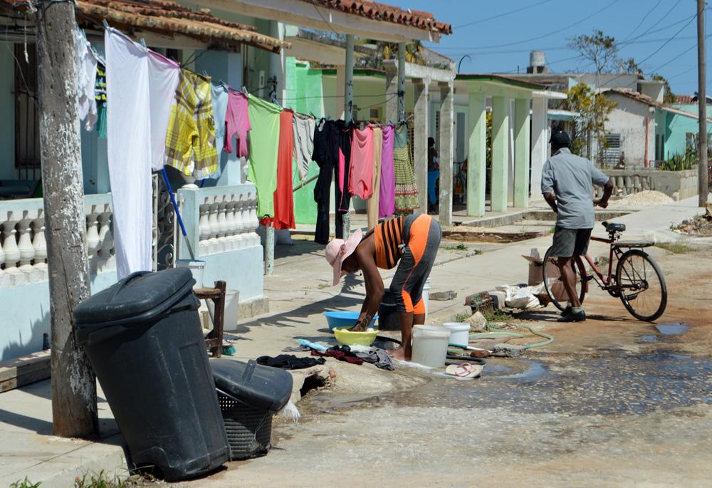 A algunas zonas ya llega el agua y los habitantes aprovechan para realizar las tareas domésticas