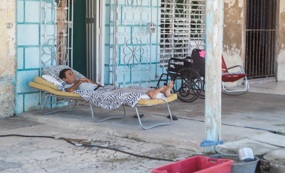 Ante la ausencia de luz, muchos pobladores sacan sus camas hacia los portales en busca de alguna brisa que calme tanto calor