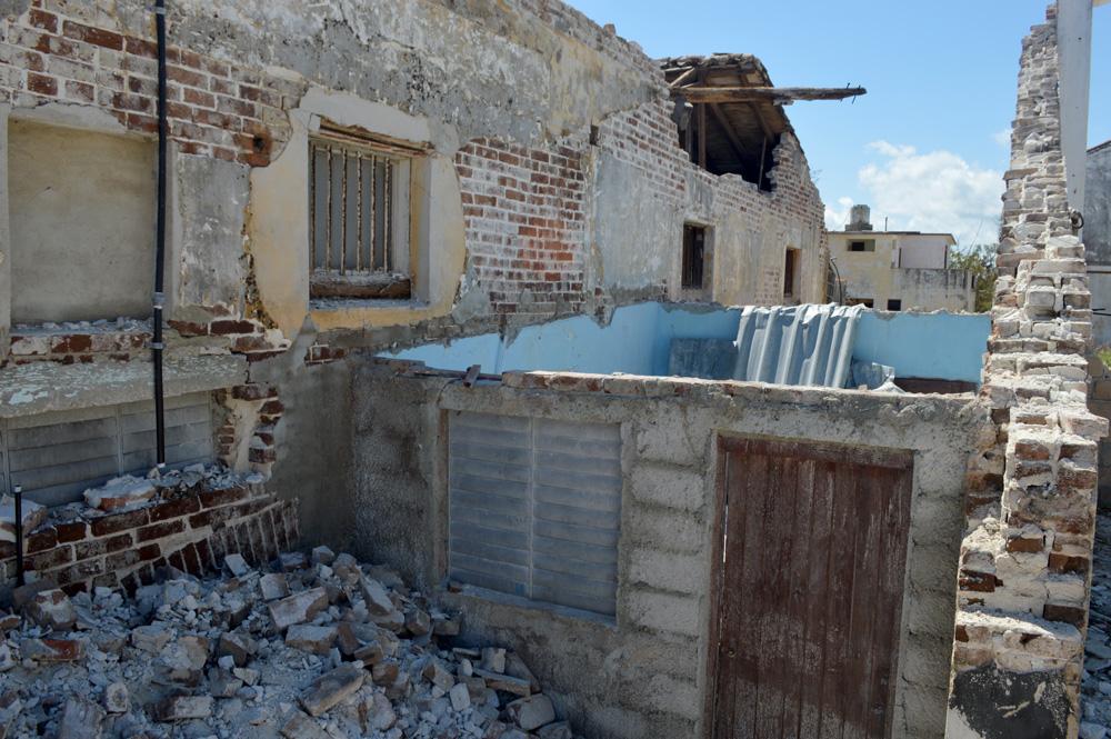 En la zona del antiguo puerto, a solo unos metros del mar, los daños en las viviendas de seis familias son considerables