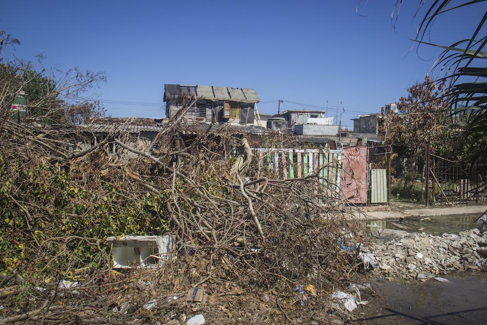 La basura, los escombros y los arboles caídos coinciden, 5 días después del paso de Irma, en una esquina del Bajo