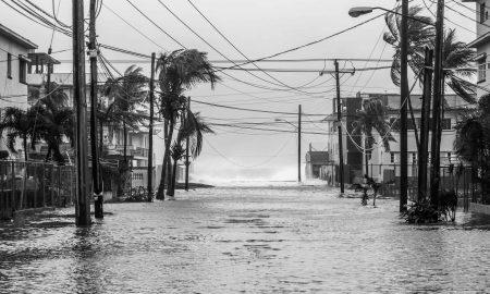 A media mañana el mar continuaba desbordándose e inundaba garajes y viviendas de la avenida primera. Esta es la calle 24, a una distancia de 100 metros aproximadamente de la cosa (Foto: Mónica Baró)