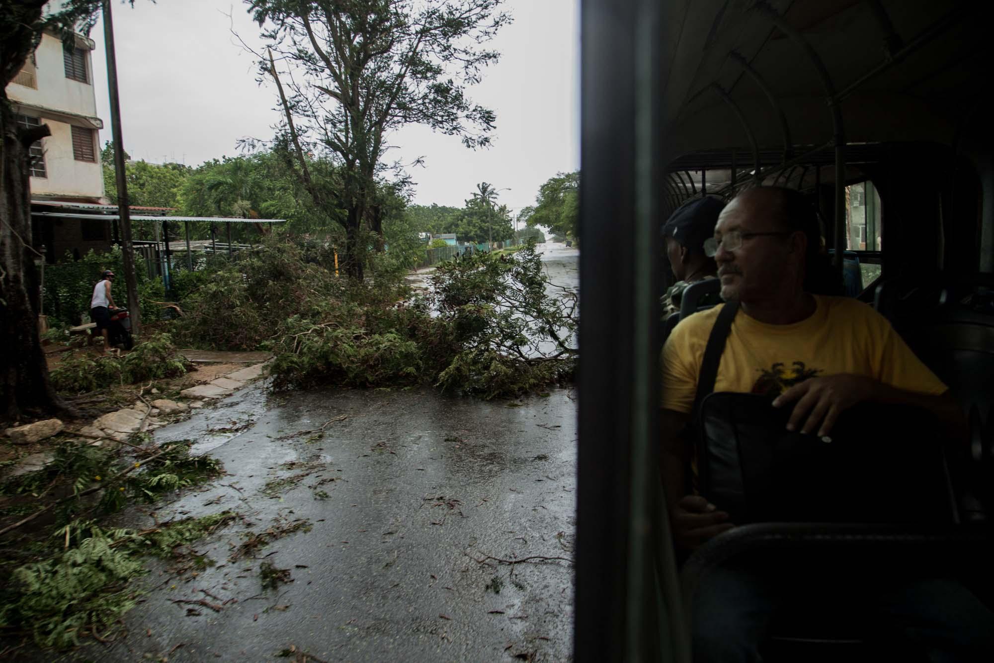 A las cinco de la tarde del sábado 9 de septiembre, en Alamar el transporte público todavía funcionaba (Foto: Jorge Ricardo)