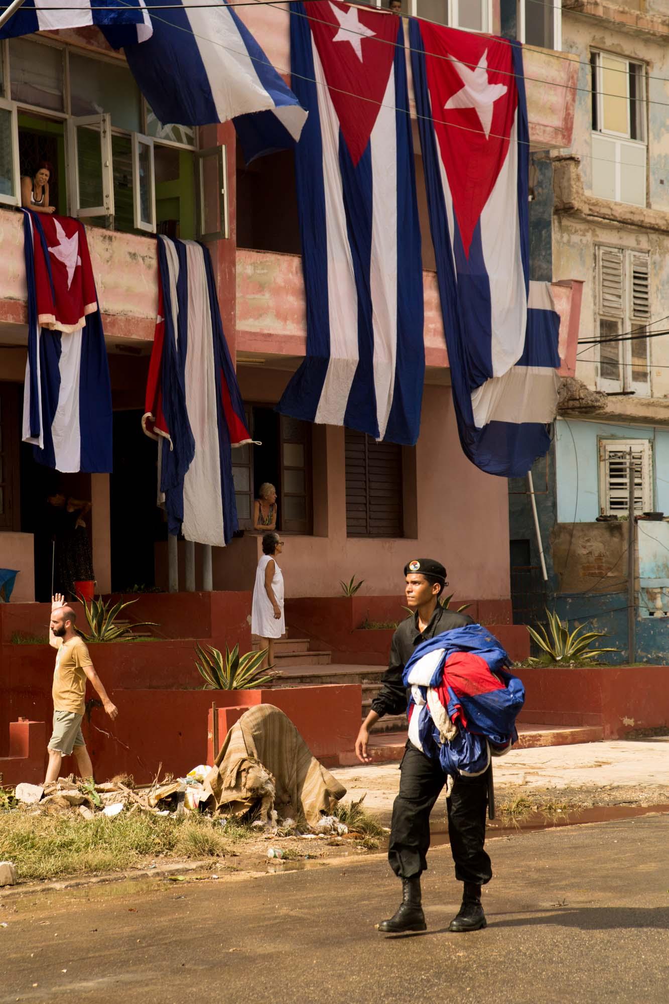 Las banderas ubicadas en la Tribuna Antimperialista se mojaron tras el paso del huracán (Foto: Jorge Ricardo)