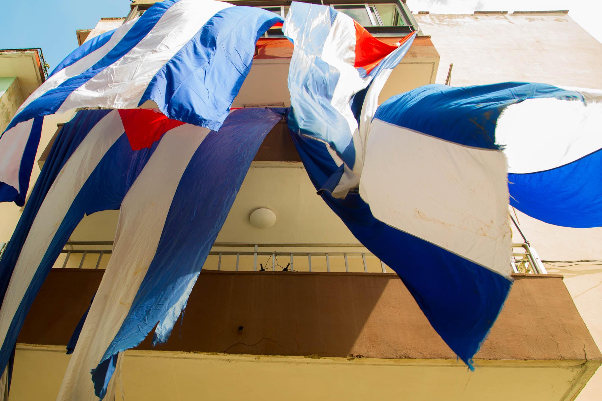 Banderas secándose en los balcones (Foto: Jorge Ricardo)