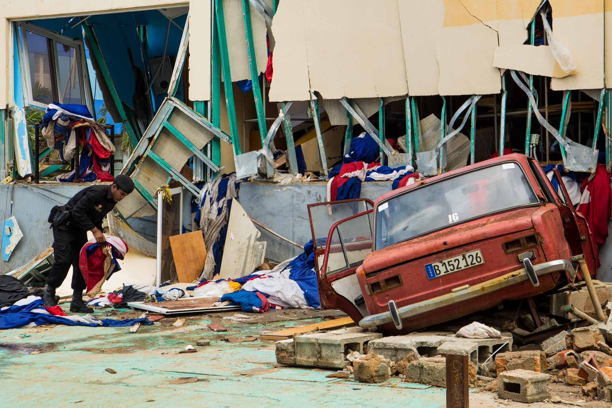 Este auto impactó el edifico durante el paso del huracán Irma (Foto: Jorge Ricardo)