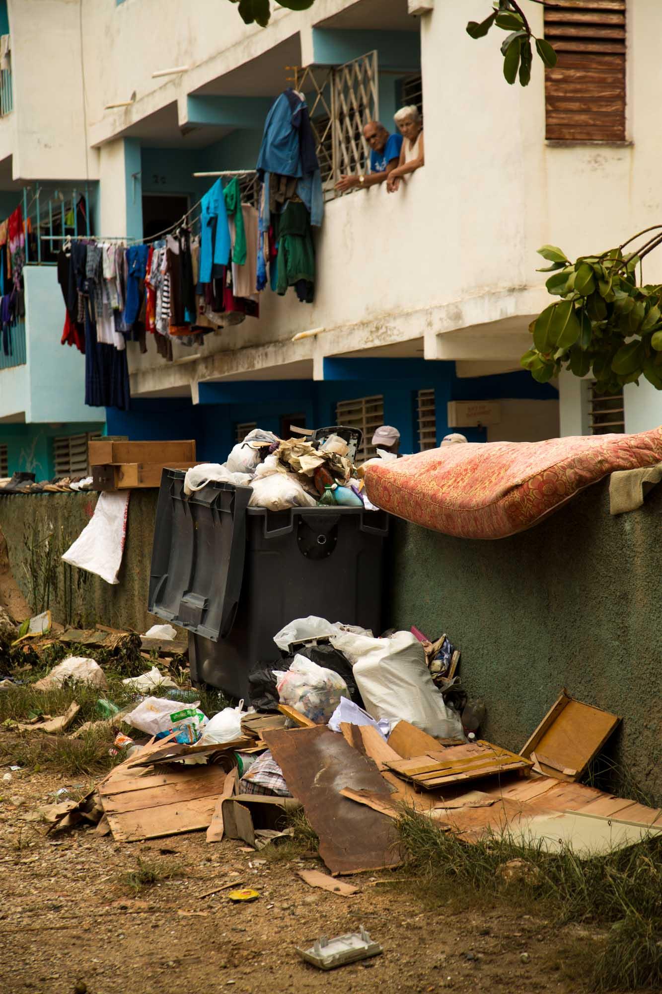 Los residentes en las zonas bajas del Vedado secan sus colchones al aire libre (Foto: Jorge Ricardo)