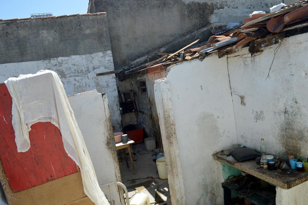 Muchas familias quedaron a cielo descubierto por el azote de los vientos huracanados, superiores a los 200 kilómetros por hora, que cruzaron por la también denominada Villa Blanca