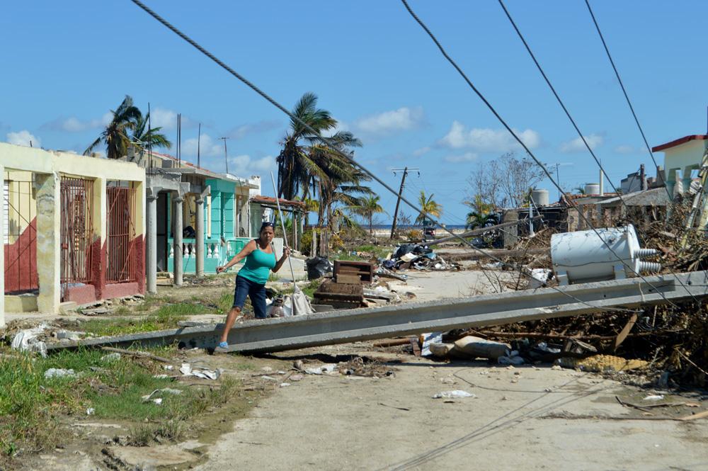 Transitar por las calles del poblado, sobre todo en la zona más próxima al mar, resulta una constante prueba de obstáculos
