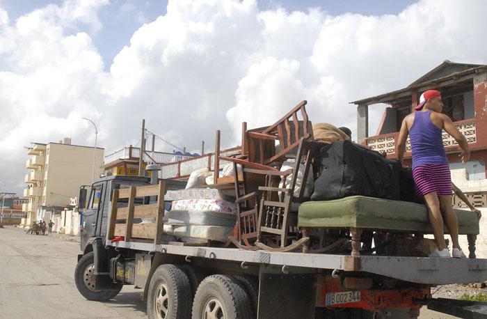 Preparativos ante la llegada del huracán Irma en Baracoa (Foto: Periódico Venceremos)